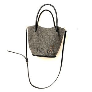 Knitted bucketbag with crossbody strap